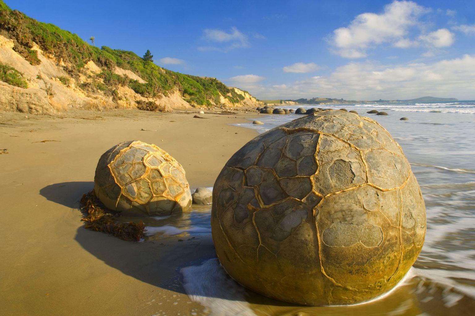 moeraki boulders of new zealand