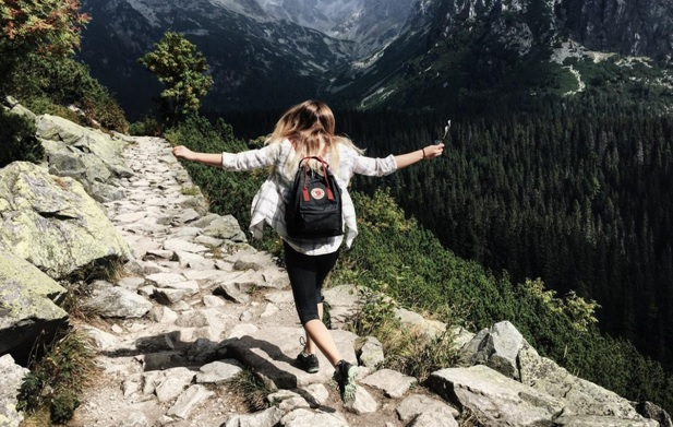 """travel girl """"title ="""" travel girl """"/> </div> <p> <!-- A generated by theme --> </p> <p> <!-- end A --> </p> <p>  There is a big difference between traveling and vacation: take time to work, fly to a picturesque destination, stay in a luxury hotel and forget all about it Responsibility is a vacation, travel is a little more complicated </p> <p>  To develop a traveling lifestyle, travel to new countries and immerse yourself in different cultures, you need a bit more discipline and drive than just spontaneously booking your flight Prepare mentally and financially for the tough but rewarding road Here are a few ways to adopt a traveling lifestyle, depending on your unique situation. </p> <h2><b>  Save money on travel </b></h2> <p><img class="""